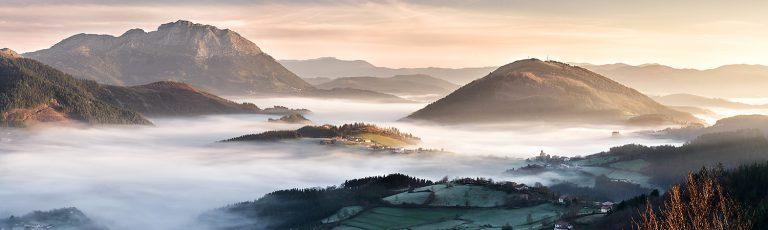 Amanece en Aramaio entre la Niebla Zoom
