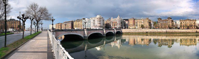 Puente de Santa Catalina sobre el rio Urumea en Donostia San Sebastian Gipuzkoa
