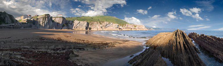 Flysch y Rasa Mareal en Playa de Itzurun en Zumaia Gipuzkoa