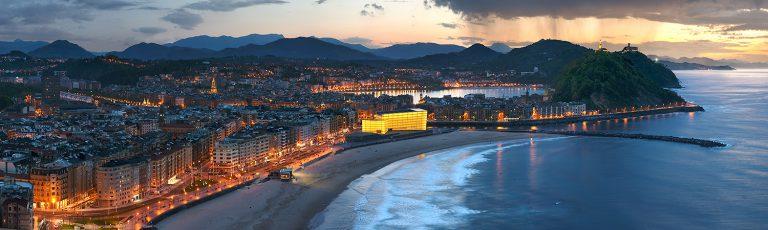 Playa Zurriola en Barrio Gros y Palacio Kursaal Donostia San Sebastian Noche