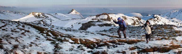 Montañeros en Aralar con Txindoki al fondo Gipuzkoa