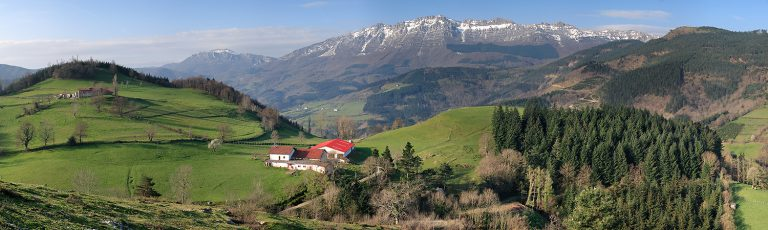 Sierra de Aizkorri y Caserio Goierri Gipuzkoa