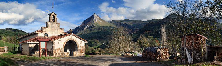 Monte Txindoki y Ermita San Saturnino en Goierri Gipuzkoa