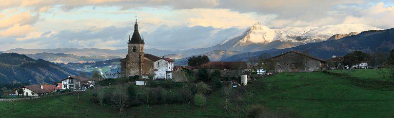 Pueblo de Zerain y Txindoki al Fondo Nevado Goierri Gipuzkoa
