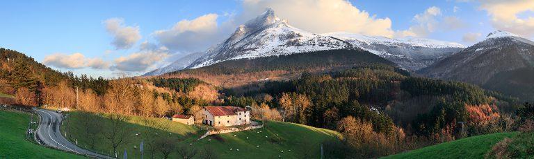 Monte Txindoki Nevado y Caserio en Goierri Gipuzkoa