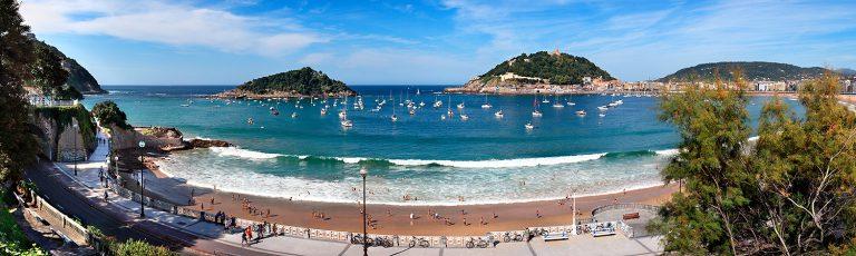 Dia de Playa en la Bahia de la Concha en Donostia San Sebastian Gipuzkoa