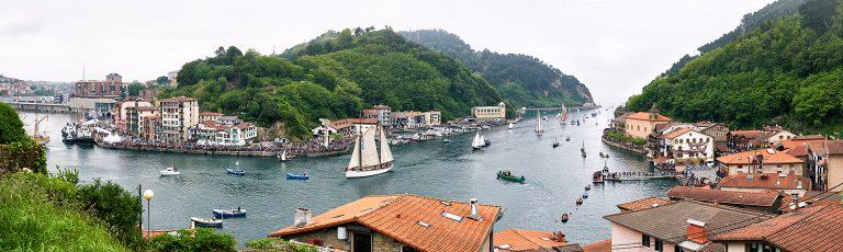 Barcos entrando en la Bahia de Pasaia San Pedro Gipuzkoa