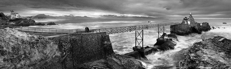 Roca de la Virgen en Biarritz Iparralde en Blanco y Negro