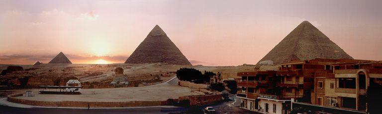 Puesta de Sol en las Piramides de Gizeh en El Cairo Egipto