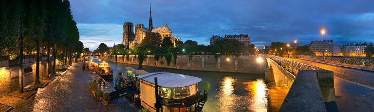 Notre Dame junto al Rio Sena en Paris por la noche
