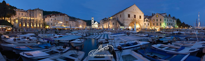Noche en Puerto de Hvar en Croacia