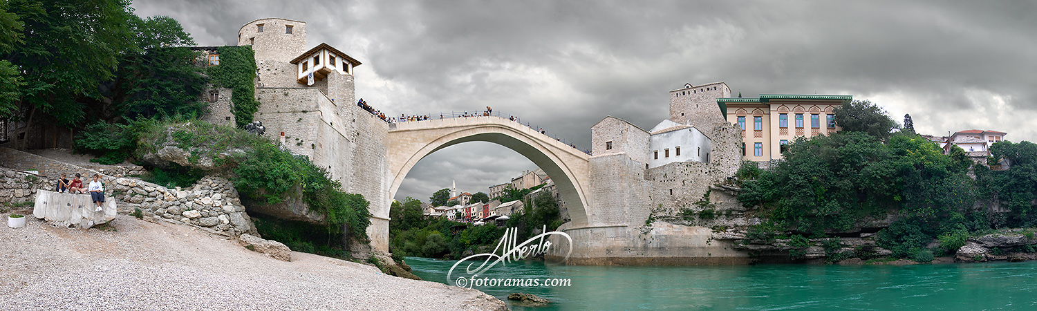 Bajo el Old Bridge en Mostar Bosnia