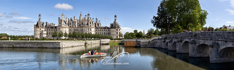 Castillo de Chambord y Lancha en el Valle del Loira Francia