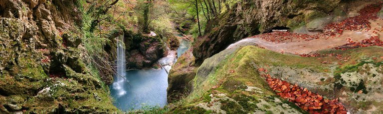 Salto en Rio Urederra en la sierra de Urbasa Navarra