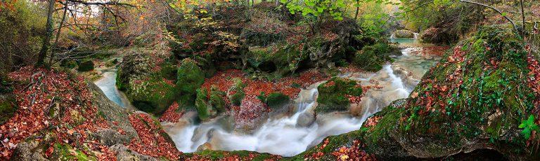 Torrente en el Rio Urederra Sierra de Urbasa Navarra